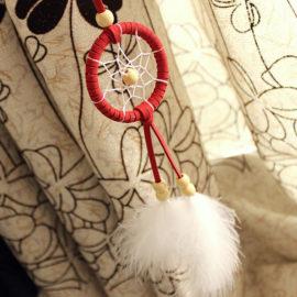 Malý lapač snov v indiánskom štýle s dvomi pierkami - červený
