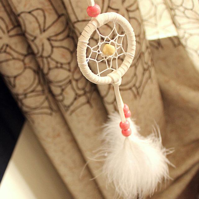 Malý lapač snov v indiánskom štýle s dvomi pierkami - biely