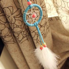 Malý lapač snov v indiánskom štýle s dvomi pierkami - modrý