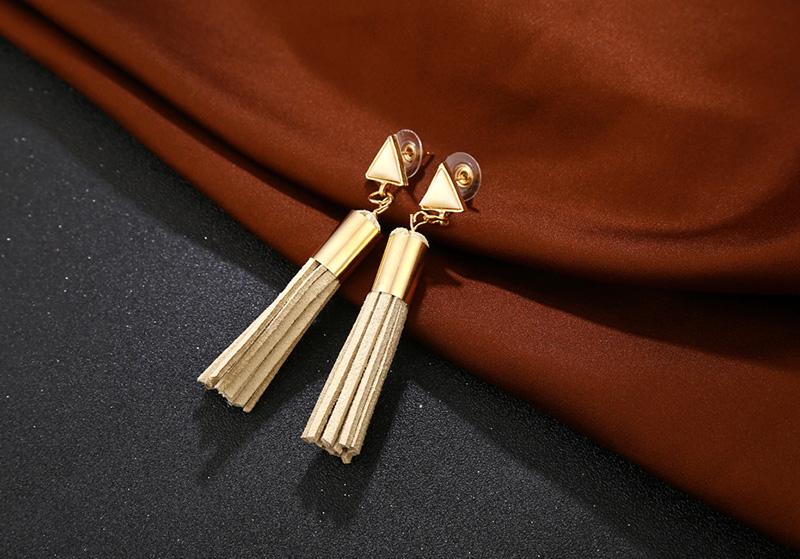 e18f2964a Trendové náušnice so strapcom a ozdobou - béžové | TrendyVeci