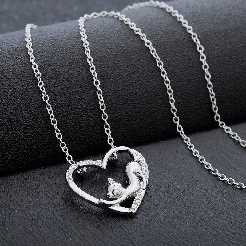 c9e71af23 Trendový jednoduchý náhrdelník s príveskom mačky v srdci | TrendyVeci